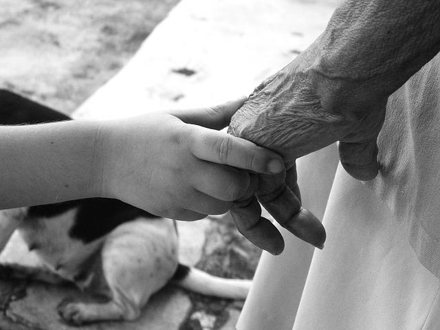 Dos mans: una d'un nen petit i una d'una àvia
