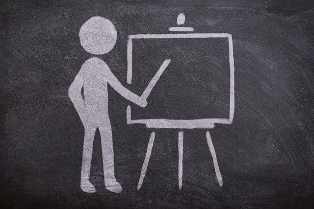 Un dibuix d'una pissarra amb un mestre ensenyant