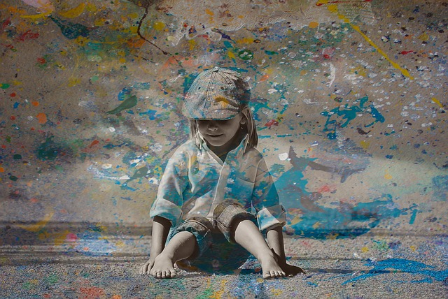 Nena pintant camuflada en una pintura que ha fet ella mateixa