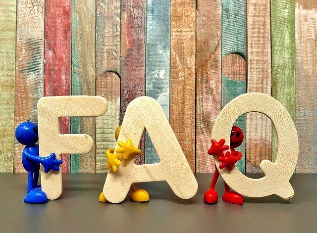 Sobre fons de fusta, les lletres FAQ
