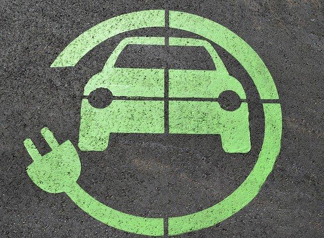 Dibuix sobre asfalt d'un cotxe elèctric