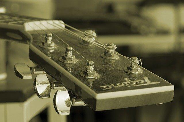 Imatge del claviller d'una guitarra en color sèpia