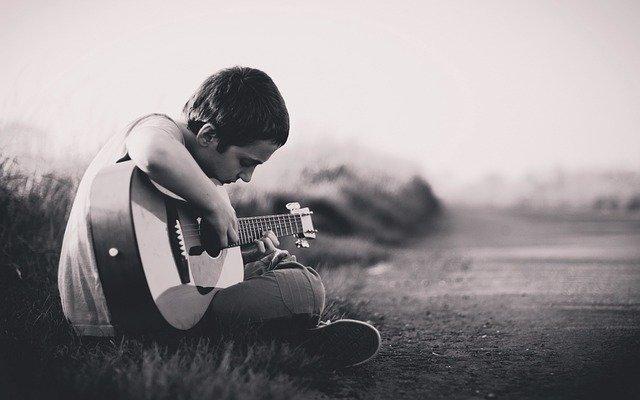 Nen tocant la guitarra