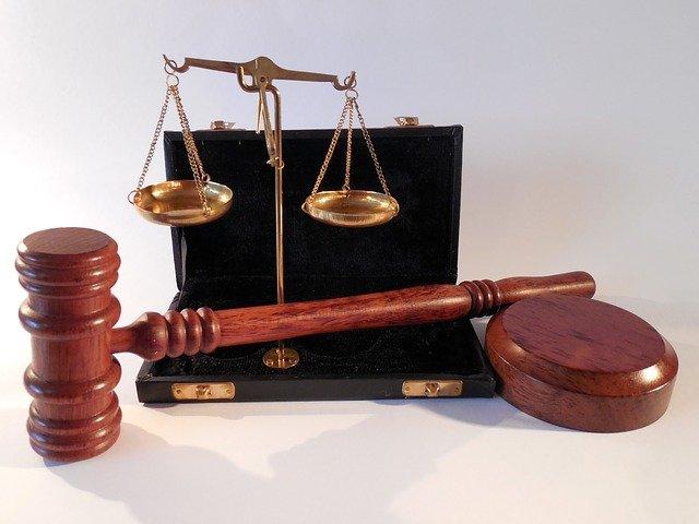 El martell i la balança com a símbols de la Justícia