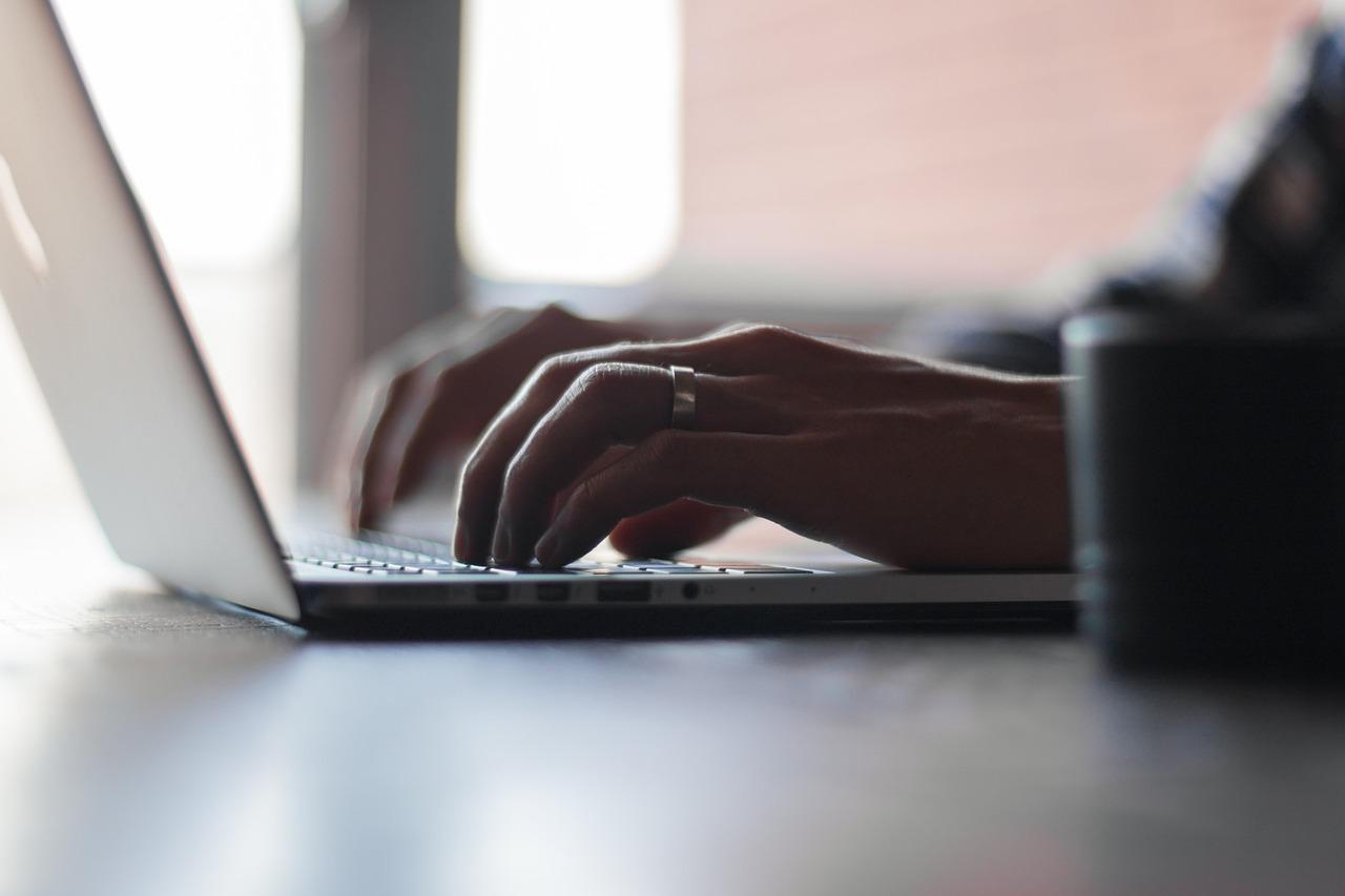Persona escrivint en un ordinador