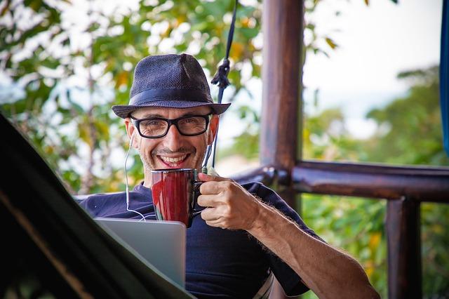 Persona treballant i prenent un cafè