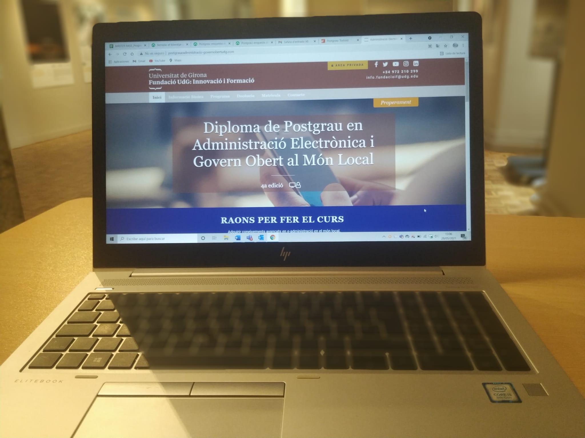 ordinador portàtil amb web del postgrau