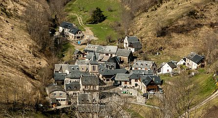 Poble entre muntanyes (Vall de Bearn)