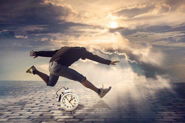 Home saltant per damunt d'un rellotge